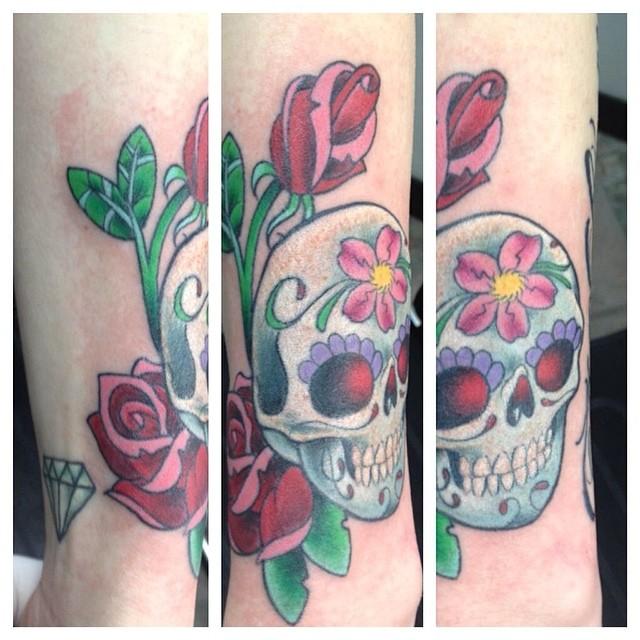 Sugar Skull & Roses by Matt Stankis #northsidetattoosdotcom #northsidetattoos #mattstankis #sugarskull #tattoo #dayofthedead #dayofthedeadtattoo #delaware #tattoosforwomen #neotraditional #neotraditionaltattoo #neotrad